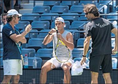 ??  ?? Francis Roig, Rafa Nadal y Carlos Moyá conversan durante un entrenamiento.