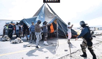 ?? PHANDO JIKELO African News Agency (ANA) ?? PROTESTING residents of Ethembeni in Makhaza, Khayelitsha built a tent on the Baden Powell Road. They were protesting over the flooding after a sewage drain burst. |