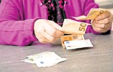 ?? FOTO: CHRISTIN KLOSE/DPA ?? Mehr Geld im Portemonnaie: 21 Millionen Rentner können sich über höhere Altersbezüge freuen.