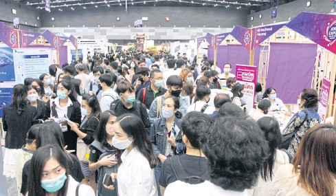 ??  ?? JAM-PACKED: Ca­reer seek­ers flock to the Job Expo Thai­land 2020 at the Bangkok In­ter­na­tional Trade and Ex­hi­bi­tion Cen­tre (BITEC) in Bang Na district to find a mil­lion em­ploy­ment op­por­tu­ni­ties from many in the busi­ness sec­tor. Many hope to get through hard times dur­ing the out­break of Covid-19.
