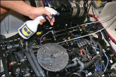 ??  ?? La règle vaut aussi pour les moteurs in-bord (ligne d'arbre ou Z-drive) ; n'hésitez pas à vaporiser copieusement.