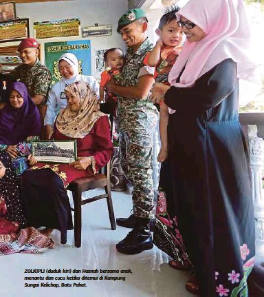 ??  ?? ZOLKIPLI (duduk kiri) dan Hasnah bersama anak, menantu dan cucu ketika ditemui di Kampung Sungai Kelichap, Batu Pahat.