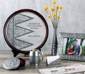 ??  ?? There aren't many gifts more classic and treasured than a Royal Selangor plaque. Consider one from the traditional Warisan collection which spotlights Malaysia's artistic heritage like the wau bulan. All of which can be personalised with meaningful messages and warm wishes.
