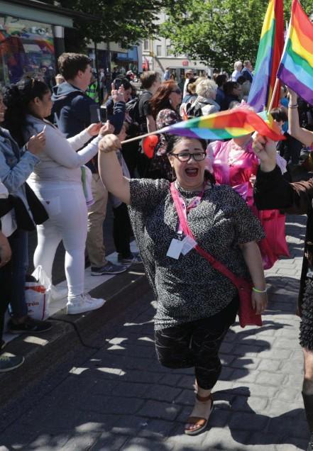 ??  ?? 16 000 glada gick i årets Regnbågsparad.Kanske gladast av alla är Tasso Stafilidis, ordförande i West Pride