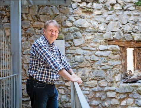 ?? Fotos: Nicole Philipp ?? Kennt alle Burgruinen im Kanton Bern: Archäologe Armand Baeriswyl hat sich auf das Mittelalter spezialisiert.