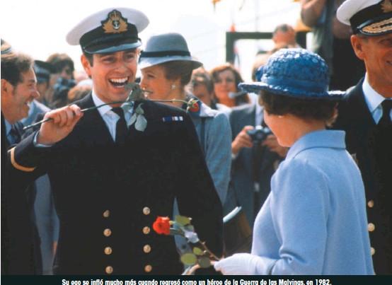??  ?? Su ego se infló mucho más cuando regresó como un héroe de la Guerra de las Malvinas, en 1982. La reina Isabel le dio la bienvenida en Portsmouth con una rosa de Inglaterra.