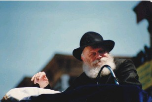 ?? (Wikimedia Commons) ?? THE LUBAVITCHER REBBE'S emissaries helped put on a freilichen Fort Sill Purim. THE WRITER at Key Gate, the major entrance to Fort Sill, Oklahoma.