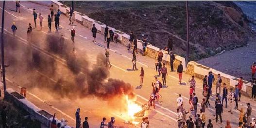 ??  ?? Des milliers de migrants marocains prennent d'assaut l'enclave espagnole de Ceuta