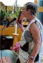 ??  ?? Unterhält gut: Elisabet Scharf sorgt für Stimmung bei den Bewohnern.