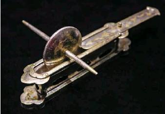 ??  ?? A Tang Dynasty silver tea roller