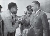 ?? Arkivbild: UPI ?? Augusti 1960: FN:S generalsekreterare Dag Hammarskjöld och utbrytarprovinsen Katangas president Moise Tshombe. Det var Tshombe som Hammarskjöld skulle möta på det som blev hans sista medlaruppdrag.