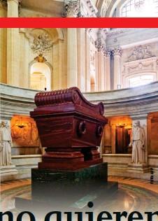 ??  ?? Tras dos décadas de su repatriación, los restos de Napoleón fueron depositados en el Hôtel National des Invalides. En París solo hay dos estatuas del emperador: una en donde se encuentra su tumba ( foto) y otra, la columna Vendôme, en la plaza Vendôme.