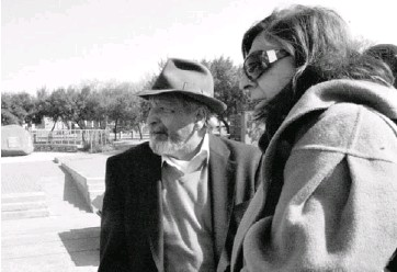 ?? Picture: KHADIJA BRADLOW ?? INTERESTING PEOPLE: V S Naipaul and his wife, Nadira, at the Hector Pieterson Memorial in Soweto
