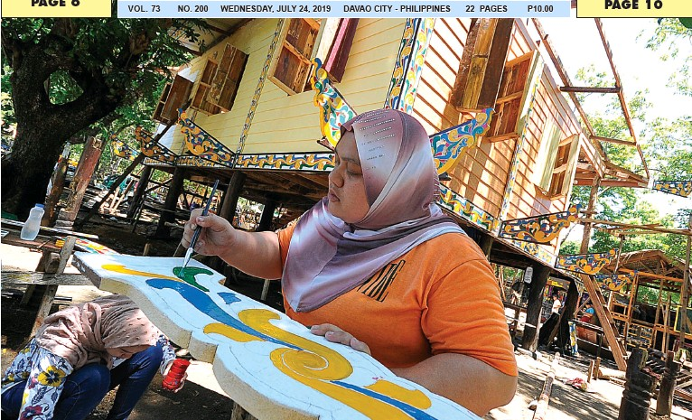 ??  ?? A MARANAO paints a panel for the building of Torogan (House of Sultan) in the tribal village inside the Magsaysay Park for the approaching Kadayawan celebration. BING GONZALES