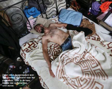 ?? FOTO'S REUTERS ?? Zeker zeven hongerstakers werden gisteren afgevoerd naar het ziekenhuis. Daar is de kans kleiner dat ze bezwijken.