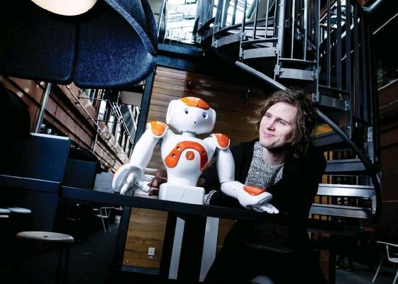 ?? Bild: JONAS LINDSTEDT ?? KOLLEGOR. Pontus Loviken ska under tre år arbeta med projektet Project APRIL, en förkortning av engelskans Applications of Personal Robotics for Interaction and Learning. Han kommer bland annat att jobba nära robotmodellen Nao, från Aldebaran.