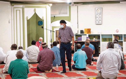 ?? MELISSA MELVIN-RODRIGUEZ mrodriguez@charlotteobserver.com ?? Men attend the sunset prayer at the Islamic Center of Charlotte on Thursday in Charlotte. Since the start of the pandemic, the center has followed coronavirus recommendations from the CDC, including encouraging masks and social distancing.