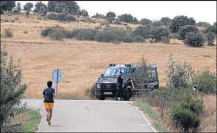?? J. CASARES / EFE ?? La policía científica sigue investigando la zona en la que apareció el cadáver de la peregrina estadounidense