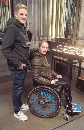??  ?? Mit ihrem Freund Christoph Haas besuchte Kira den Kölner Dom. Sie war in der Vorwoche bei sternTV in Köln zu Gast.