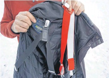 ?? FOTO: GEMPP ?? Den Jackenbutler gibt es in schwarz und rot. Er wird am Kragen und an den Ärmellöchern befestigt.