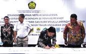 ?? ARISKI/JAWA POS ?? TAMBAH PASOKAN GAS: Wabup Sidoarjo Nur Ahmad Syaifuddin (dua dari kanan) menandatangani nota kesepahaman dengan Kementerian ESDM kemarin.