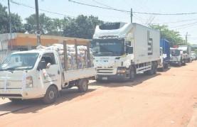 ??  ?? Un total de 23 camiones facilitaron el traslado de los alimentos no perecederos. La caravana partió a las 9:30 del colegio Goethe.