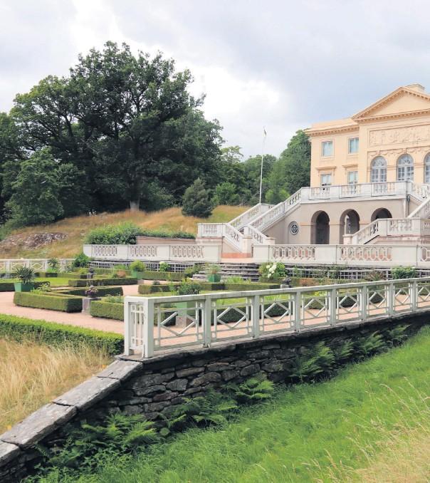 ??  ?? En trädgårdsmästare tog med deltagarna till lustträdgården, den engelska parken och den nya och gamla köksträdgården under den guidade visningen.