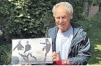 ??  ?? Franz Hasil präsentiert seine alten Aufnahmen – 1970 gewann er mit Feyenoord den Meistercup.