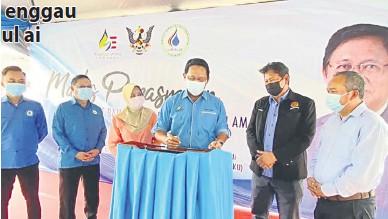 ??  ?? OPIS BARU: Dr Abdul Rahman nyain plak kelai bejadi Opis JBALB Bagi Menua Sri Aman