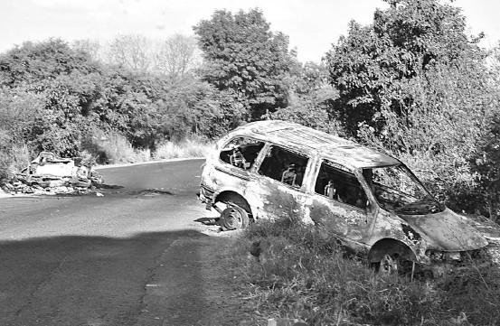 ??  ?? se tratara de una zona de guerra se pueden encontrar los restos de vehículos calcinados en el camino.