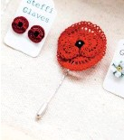 ??  ?? A matching poppy lapel pin and earrings. The earrings are fixed to a disc with a silver post and scroll by a glue which needs a full day to 'cure'; the chemical reaction causing it to solidify.