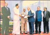 ?? HT PHOTO ?? VicePresident M Venkaiah Naidu honouring retired IAS officer ▪ Yogendra Narain with Dean Paul H Appleby award.