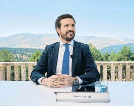 ?? RAUL SANCHIDRIAN / EFE ?? Pablo Casado ayer en Gredos
