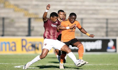 ?? Picture: Backpagepix ?? EVENS.Sibusiso Mthethwa (left) of Stellenbosch FC and Gabadinho Mhango of Orlando Pirates challenge for possession during their DStv Premiership match at Danie Craven Stadium yesterday.