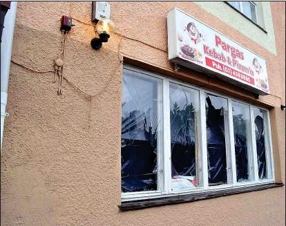 ?? KIM LUND ?? SKADEGÖRELSE. Fönstren till Pargas pizzeria och kebab söndrades den 19 augusti i fjol.
