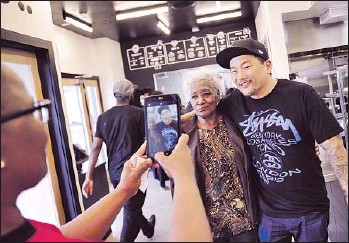 ?? Photographs by Christina House For The Times ?? TABITHA O'NEAL takes a photo of her mother, Delores, with Locol co-founder Roy Choi in Watts.