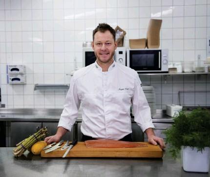 ?? Bild: Edvin Bergström ?? i köket i ljungskile bjuder kocken in för att visa prov på sina färdigheter.