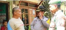 ?? GALIH ADI/JAWA POS ?? JAGA SITUASI: Wadanramil Tambaksari Kapten Ahmad Kamil dan Kapolsek Tambaksari Kompol Prayitno berbicara kepada warga kemarin.