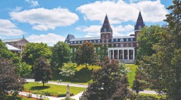 ?? COLLEGE OF THE HOLY CROSS ?? The College of the Holy Cross raised nearly $2 million in online fundraising.