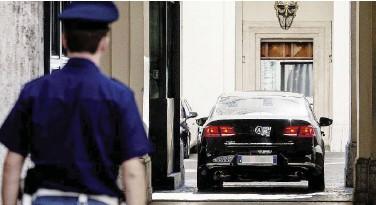 ?? Ansa/LaPresse ?? A Palazzo Chigi Un'auto di scorta, sotto Roberto Saviano