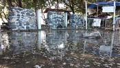 ?? SHULHAN HADI/JAWA POS RADAR BANYUWANGI ?? MENGGENANG: Air laut naik hingga ke tempat daratan Bangsring Underwater, Kecamatan Wongsorejo, kemarin.