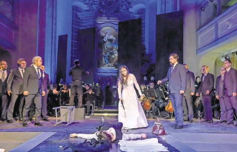 ?? Foto: Jörg Metzner ?? Das Drama ist schon zur Hälfte vollzogen: Romeo (Barbora Fritscher) liegt bereits tot, Giulietta (Lindsay Funchal) wird bald folgen.