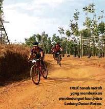 ??  ?? TREK tanah merah yang memberikan pemandangan luar biasa Ladang Dusun Rasau.
