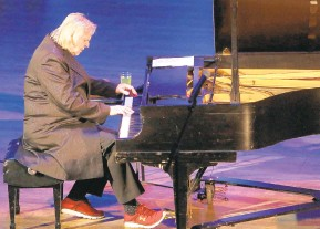 ?? THE MORNING CALL BRIAN HINELINE/SPECIALTO ?? Rick Wakeman performs at Miller Symphony Hall in Allentown.