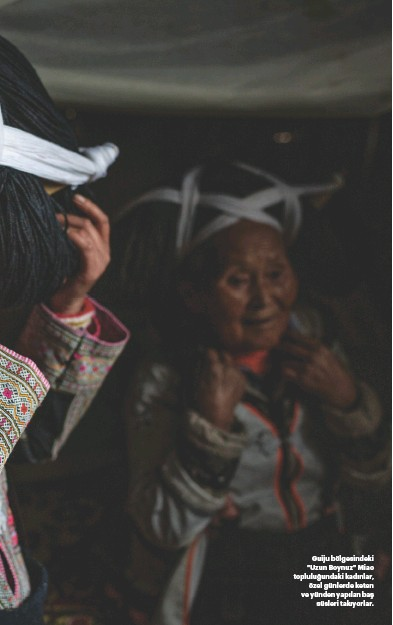 """??  ?? Guiju bölgesindeki """"Uzun Boynuz"""" Miao topluluğundaki kadınlar, özel günlerde keten ve yünden yapılan baş süsleri takıyorlar. YAZI: MARYELLEN KENNEDY DUCKETT (TRAVELER'IN 17 ÜLKEDEKİ YEREL EDİTORYAL EKİPLERİNİN DESTEĞİ İLE). DON GEORGE BU MAKALENİN YAZIMINA KATKIDA BULUNMUŞTUR."""