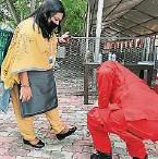 ??  ?? 团结部官员莎米拉进入东禅寺之前,也必须通过防疫消毒。