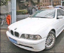 ?? QILAI SHEN,BLOOMBERG ?? A car driven by Tao Wuping, defence lawyer for Rio Tinto Group's Liu Caikui, leaves No. 1 People's Intermediate Court in Shanghai, China.