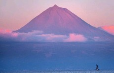 ??  ?? The volcanic cone of Pico looms out of the sea