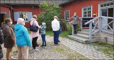 ?? STEFAN HOLMSTRÖM STEFAN HOLMSTRÖM ?? ÅBODAGSKÖ. Många ville se apoteksmuseet och gården Qwensel. Mari Tiihonen, som svarar för museet, beräknade att tusen personer besökte huset på söndagen.