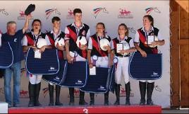 ?? (Photos Ferme équestre /Mathilde Nicolai) ?? L'équipe des jeunes cavaliers R à la troisième place sur le podium.